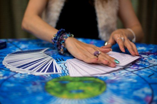 Kartenlegen und die verschiedenen Möglichkeiten: Foto: © Morakot_Kawinchan / shutterstock / #1531656839